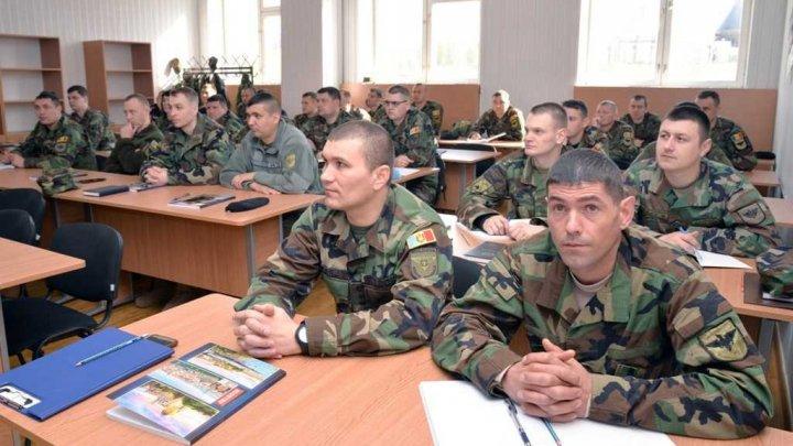 Reprezentanţi ai structurilor de forţă studiază planificarea operaţională