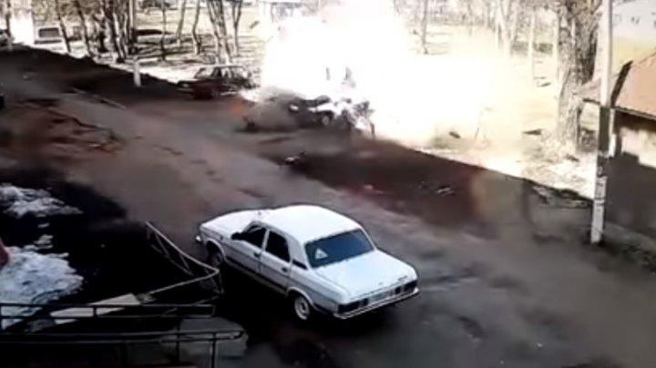 A SFIDAT MOARTEA! Un rus a supravieţuit ca prin minune, după ce propria maşină A EXPLODAT (VIDEO)