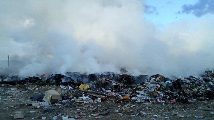 ARDE gunoiştea de la Străşeni. Oraşul, PLIN DE FUM. Pompierii, la faţa locului (FOTO)
