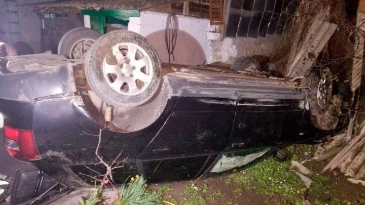 Accident TRAGIC la Dubăsari. Un bărbat a murit, după ce a lăsat o femeie BEATĂ să-i conducă maşina (FOTO)
