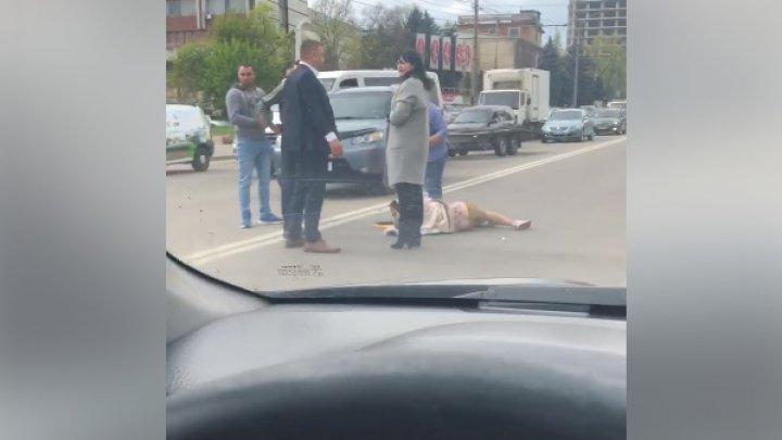 MOMENTE CUMPLITE! O tânără, LOVITĂ de O MAŞINĂ pe strada Mihai Viteazul din Capitală (VIDEO)