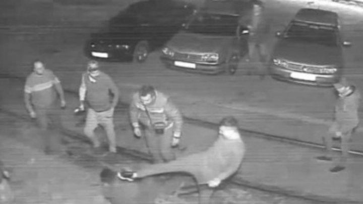 Caz revoltător în România! Un tânăr de 19 ani, lovit cu pumnii, picioarele și bâtele de baseball de un grup de taximetriști (VIDEO)