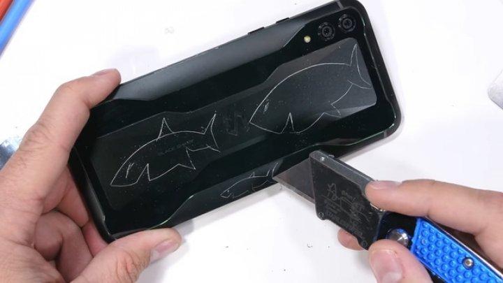 """Telefonul de gaming Black Shark 2, supus testelor de rezistenţă. Cât de """"şifonat"""" a ieşit (VIDEO)"""