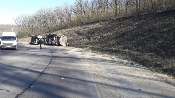 Un camion ÎNCĂRCAT cu prundiș s-a RĂSTURNAT în apropiere de Rusca. Șoferul, internat la spital (FOTO)