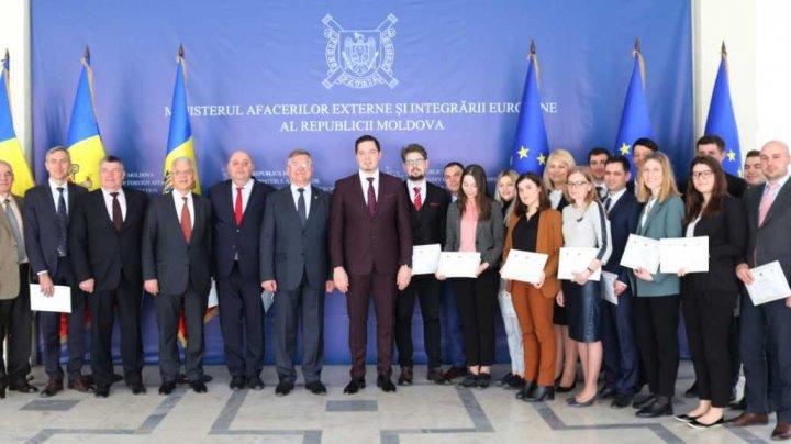 Ei sunt viitorii diplomaţi. Cincisprezece tineri din țara noastră au absolvit Institutul Diplomatic