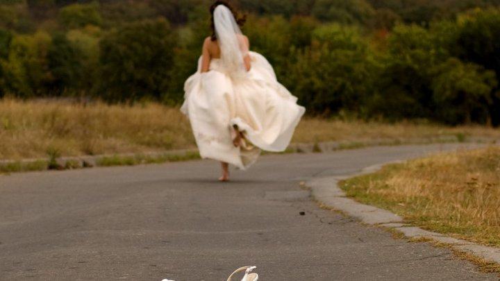 Cu puţin timp înainte de nuntă, o viitoare mireasă a fost contactată de viitorul socru, care i-a făcut o OFERTĂ de nerefuzat. Imediat după aceea, tânăra s-a DESPĂRŢIT de logodnic: Sunt o nemernică? Bărbatul, devastat de incident