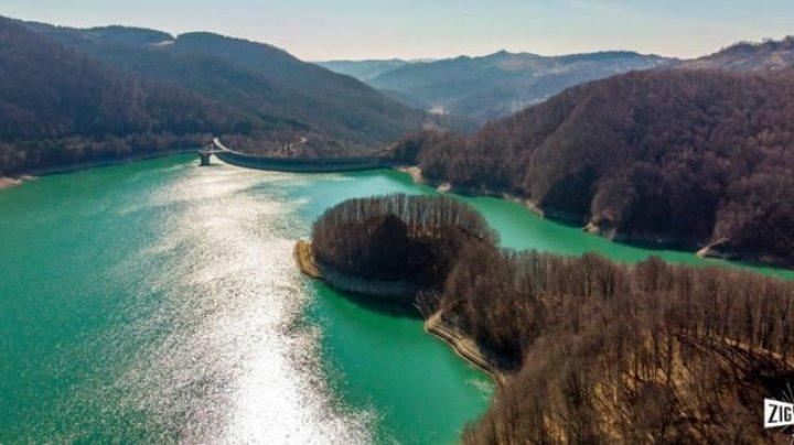 Unde se află lacul românesc de smarald. Turiştii sunt încântaţi de culoarea unică, vizibilă mai ales în zilele senine de vară