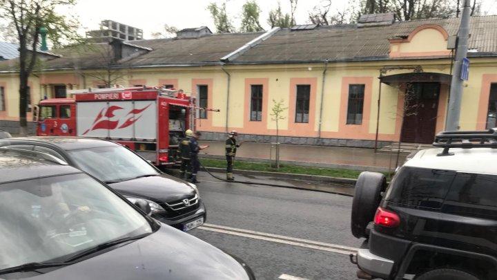 Pompierii, în alertă. Pe o stradă din Capitală au avut loc scurgeri de combustibil (FOTO)