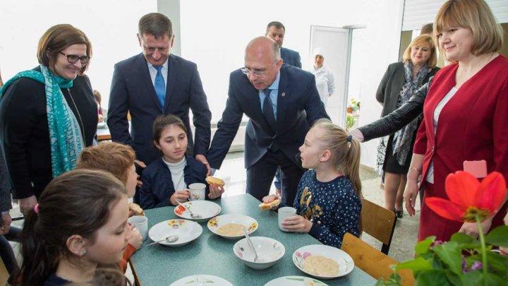 Pavel Filip, despre noul model de alimentație a copiilor în grădiniţele din Strășeni: Sunt sigur că proiectul va fi extins în toată ţara