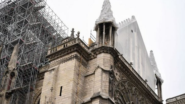 Catedrala Notre-Dame, în pericol din cauza PLOILOR. Autorităţile au acoperit monumentul cu o prelată pentru a-l proteja (VIDEO)