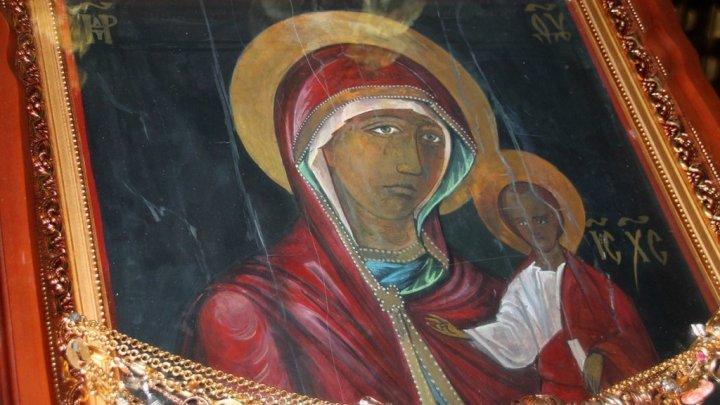 O icoană făcătoare de minuni va fi adusă la Mănăstirea Ciuflea, după ce din ea a început să izvorască mir