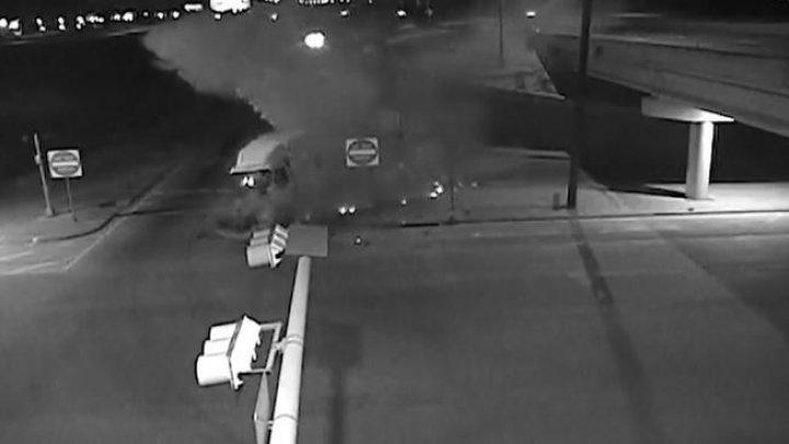ACCIDENT ca în filme! MOMENTUL în care şoferul unui TIR a adormit la volan și a zburat cu mașina de pe pod (VIDEO)