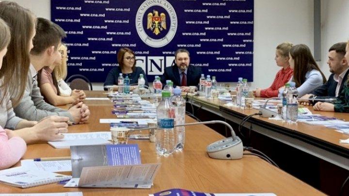 16 voluntari din Moldova vor promova mesaje anticorupţie în instituţiile de învăţământ din ţară