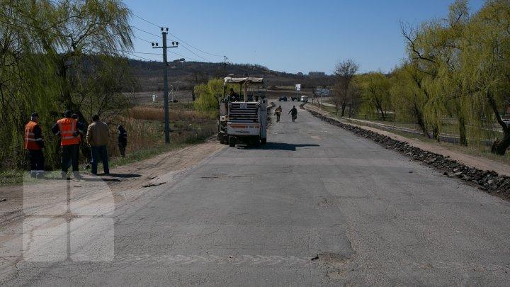 Drumul de la intrarea în comuna Budești a intrat în reparației. Muncitorii au început lucrările (FOTOREPORT)