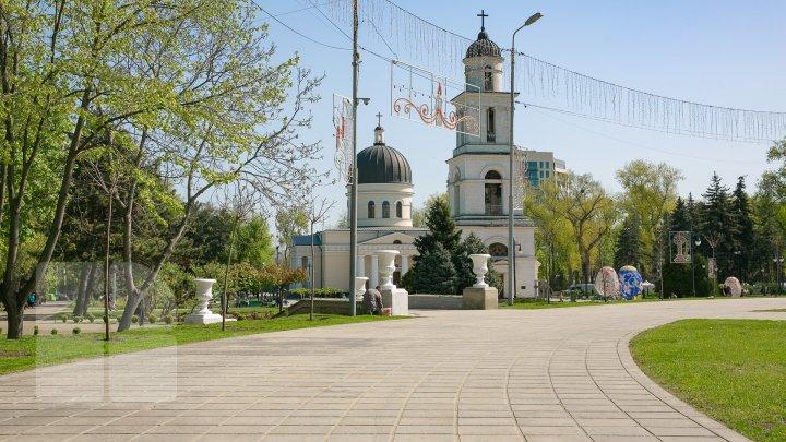 Scuarul Catedralei, în straie de sărbătoare. Ce spun tinerii care au mers să se plimbe prin parc (FOTOREPORT)