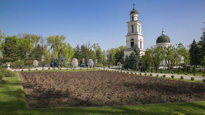 ATMOSFERĂ DE SĂRBĂTOARE. În scuarul Catedralei a fost instalat decorul de Paște (FOTOREPORT)