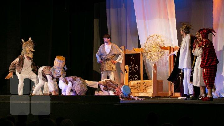 """(FOTOREPORT) Păpușari din 22 de teatre, la festivalul internaţional """"Sub căciula lui Guguță"""", deschis la Chișinău"""