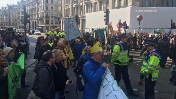 600 de activişti pentru mediu au fost REŢINUŢI în Londra. Din ce motiv