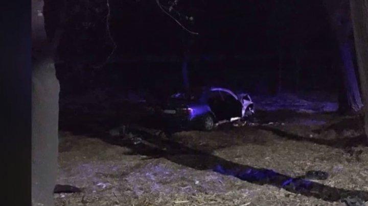 ACCIDENT GRAV în Capitală: O maşină a luat foc, după ce şoferul s-a izbit cu automobilul într-un copac. Trecătorii, îngroziţi (VIDEO)