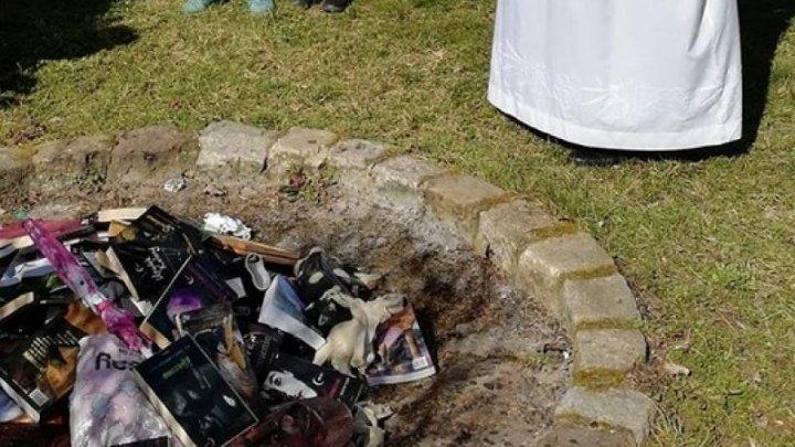 """Preoţi catolici din Polonia au ars cărţi din seriile """"Harry Potter"""" şi """"Twilight"""""""