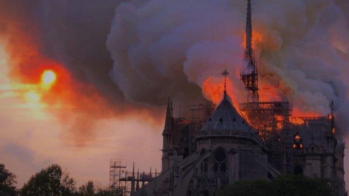 Catedrala Notre-Dame A ARS CA O TORŢĂ. Reacţiile liderilor din întreaga lume după tragedia care a lovit Parisul