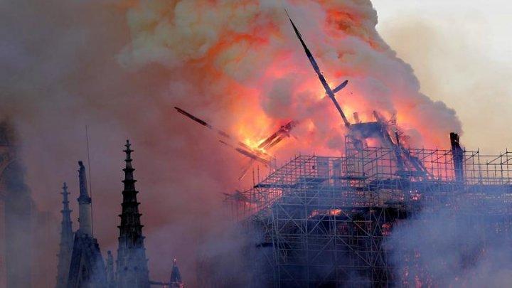 FLĂCĂRI URIAŞE au cuprins Catedrala Notre Dame din Paris: O DRAMĂ TERIBILĂ (IMAGINI CATASTROFALE)