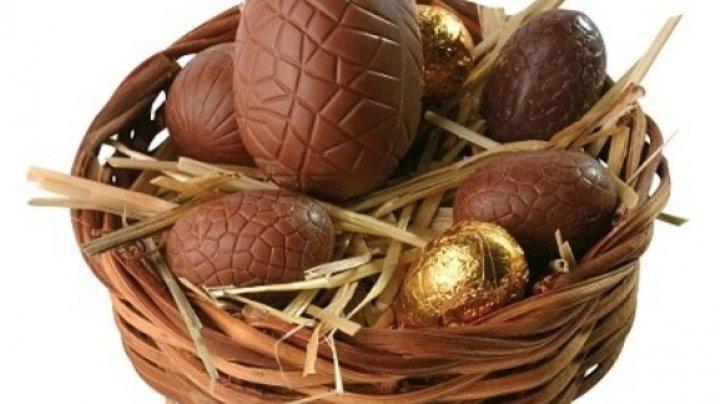 Încondeierea ouălor de Paşte, la o fabrică de ciocolată din Chişinău. Mai mulţi copii au participat la activitate şi au fost premiaţi