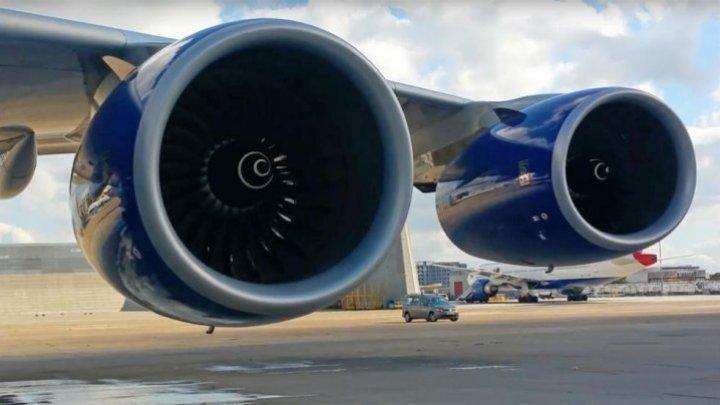 INCREDIBIL! Ce a făcut un bărbat la motorul unui avion, înainte de a se îmbarca la bord. Putea urma o CATASTROFĂ