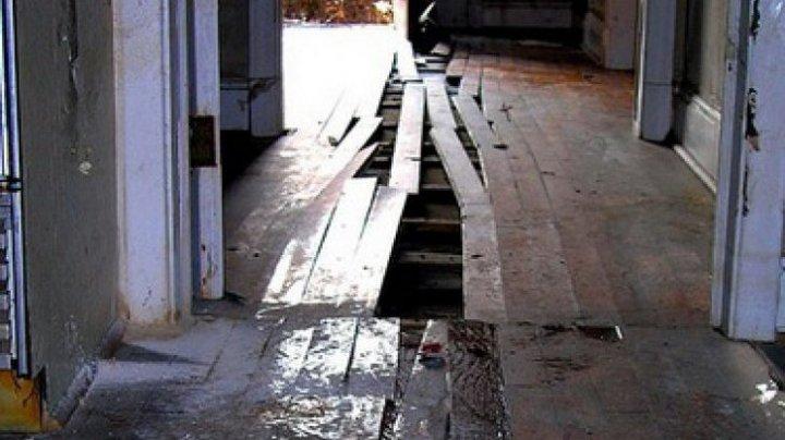 A ÎNCREMENIT! Mesajul OBSCEN, găsit de un tânăr în timp ce-şi renova casa pe care o cumpărase (FOTO)