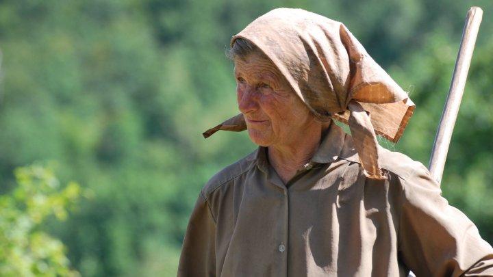 STUDIU: Femeile din Moldova sunt implicate de patru ori mai mult timp treburilor casnice decât bărbaţii