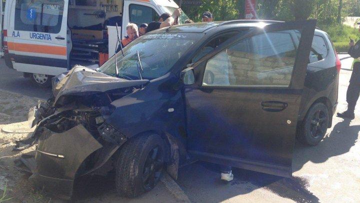 Încă un ACCIDENT TERIBIL în Capitală. Şoferul, prins între fiarele maşinii accidentate (FOTO)