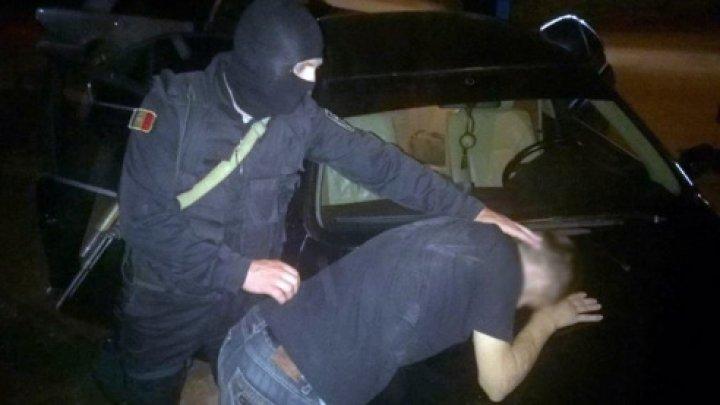 """""""Businessul"""" a trei moldoveni din nordul ţării, dat peste cap. Suspecţii, puşi la pământ şi încătuşaţi (VIDEO)"""