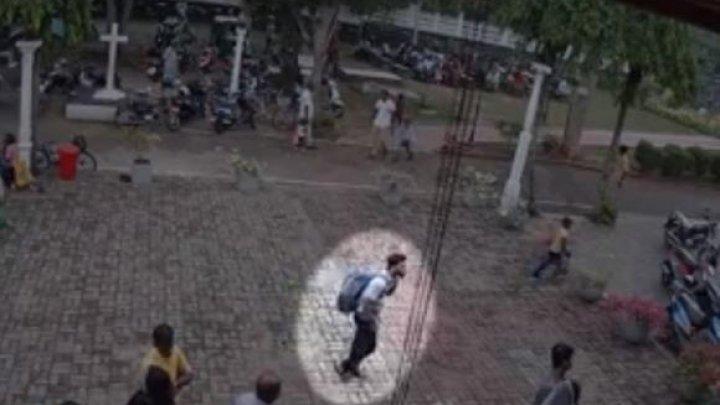 Camerele de supraveghere au surprins un tânăr cu rucsac, suspect că ar fi detonat bombele în biserica din Sri Lanka (VIDEO)