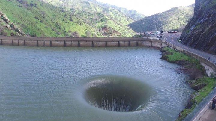 SPECTACULOS! A văzut o gaură imensă în mijlocul lacului şi a filmat cu drona ce se întâmpla acolo (FOTO)