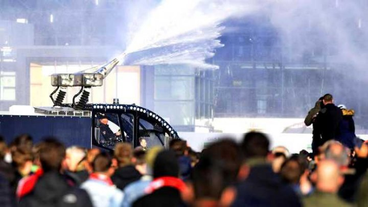 Peste 140 de suporteri, arestaţi înaintea meciului Ajax - Juventu. Care este motivul