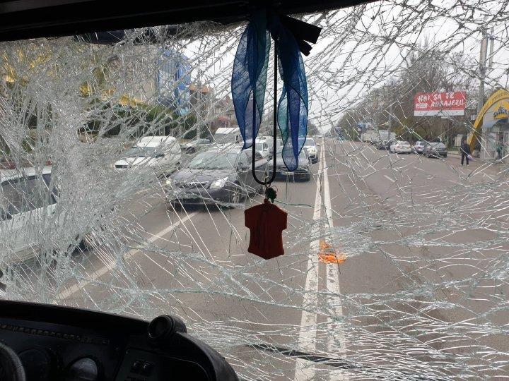 ACCIDENT GRAV în sectorul Buiucani: Un microbuz s-a lovit violent cu un troleibuz. Ambulanţa, la faţa locului (FOTO)