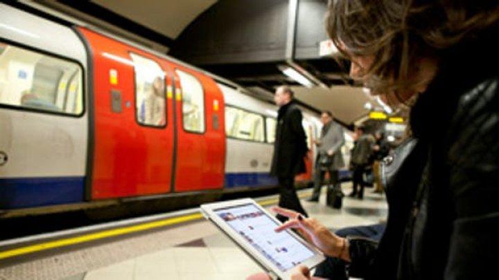 FĂRĂ NET LA METROUL LONDONEZ. Wi-Fi-ul a fost deconectat pentru a împiedica coordonarea PROTESTELOR
