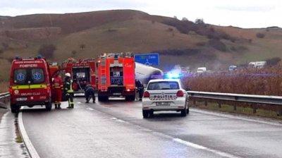 Mașina Ambasadei Albaniei, implicată într-un accident în Mureș, România. Două persoane au murit şi patru au fost rănite