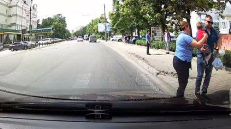Cinci secunde până la tragedie. Un copil din Capitală, la un pas să fie strivit de o maşină (VIDEO CU PUTERNIC IMPACT EMOŢIONAL)
