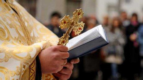 SCANDALOS. Un preot este acuzat că își filma în baie cumnata minoră. REACŢIA soției