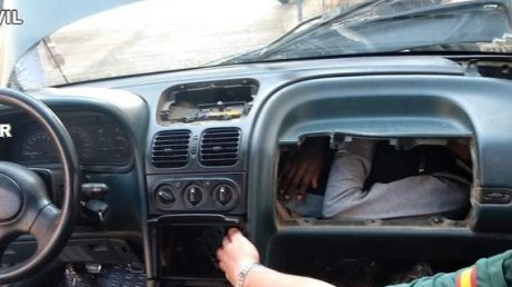 La un pas să se SUFOCE: Câţiva tineri, găsiţi ascunşi în bordul şi motorul unei maşini (IMAGINI PENTRU CEI TARI DE INIMĂ)