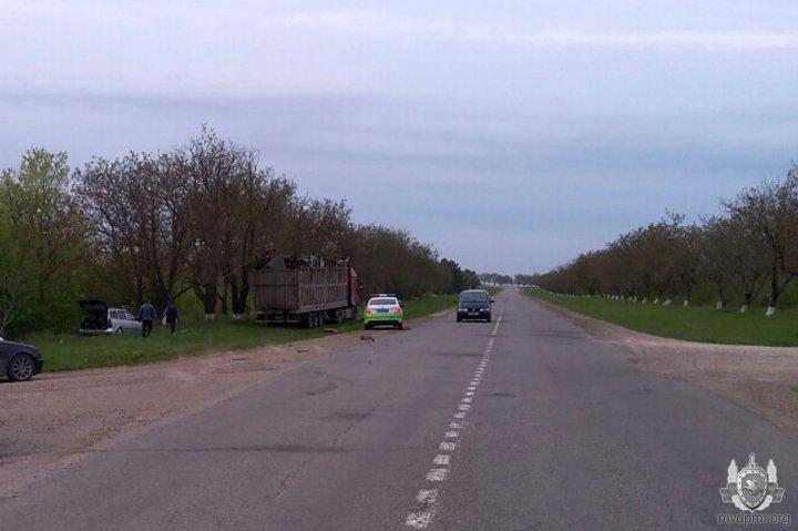 Un camion s-a ciocnit violent cu un automobil pe traseul Tiraspol - Kamenka. O femeie însărcinată, transportată de urgență la spital (FOTO)