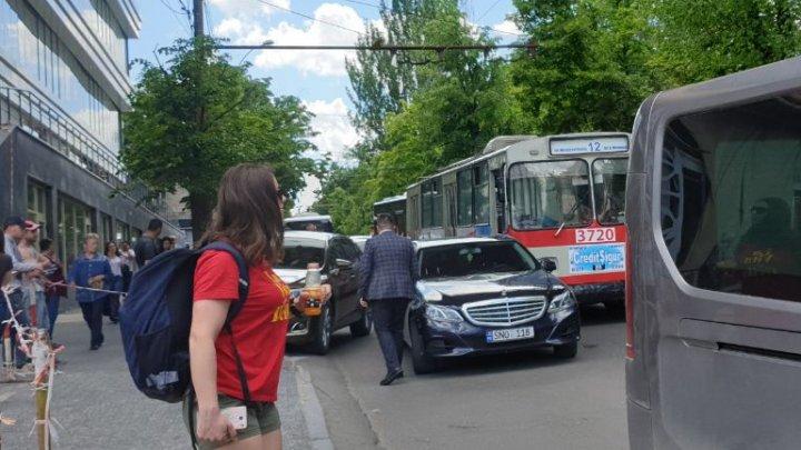 Accident SCUMP pe strada Puşkin din Capitală. Un troleibuz nu a avut loc de un mercedes (FOTO)