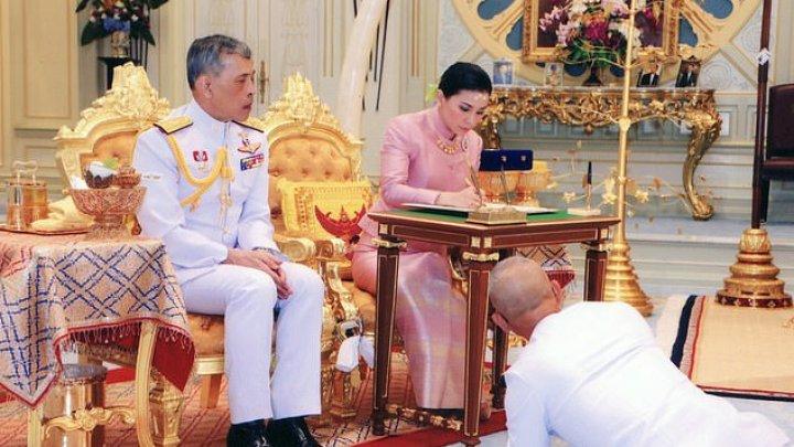 Regele Thailandei s-a izolat alături de 20 de femei și a închiriat un hotel