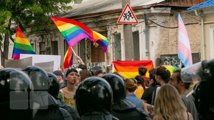 La Chişinău a avut loc marşul LGBT. Participanţii, flancaţi de zeci de poliţişti pentru a preveni violenţele (VIDEO/FOTO)