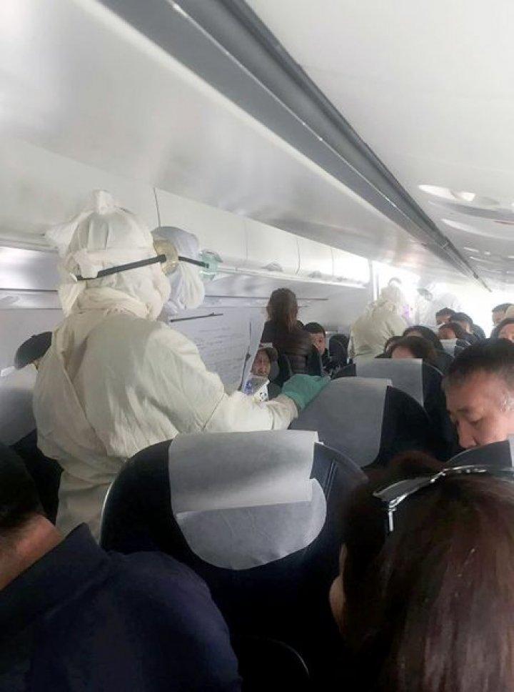 CIUMĂ ÎN AVION: Pasagerii aeronavei sunt în carantină după ce doi dintre ei AU MURIT