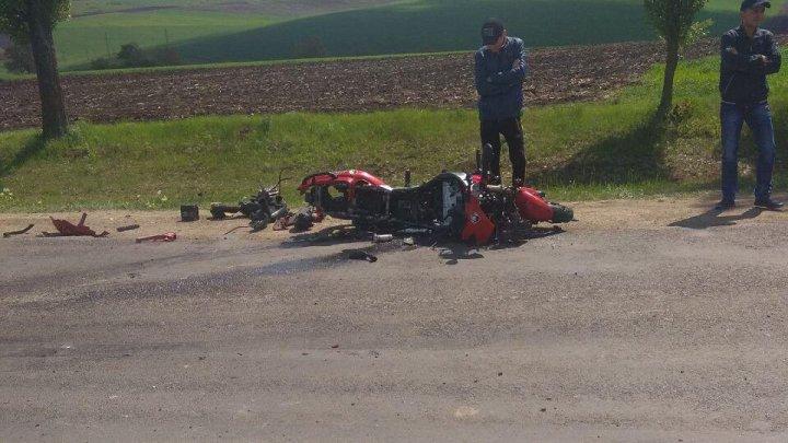 Accident grav la Șoldanești. Un motocilist a pierdut controlul ghidajului și a căzut pe carosabil (FOTO)