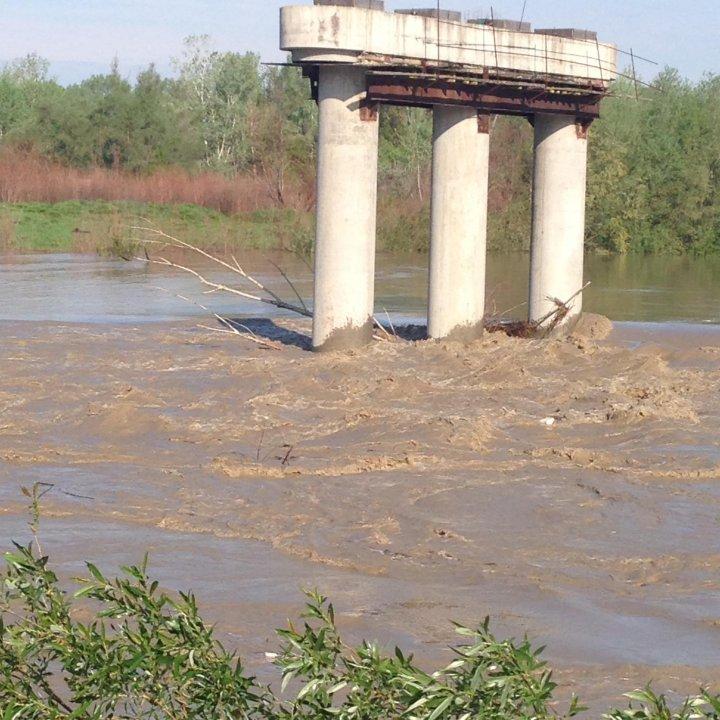 Crește nivelul apei în râul Prut. Circulație restricționată pe un pod din cauza ploilor (VIDEO)
