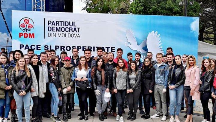 Tinerii democraţi AU CURĂŢIT scuarul Catedralei, după evenimentul dedicat zilei de 9 mai (FOTO)