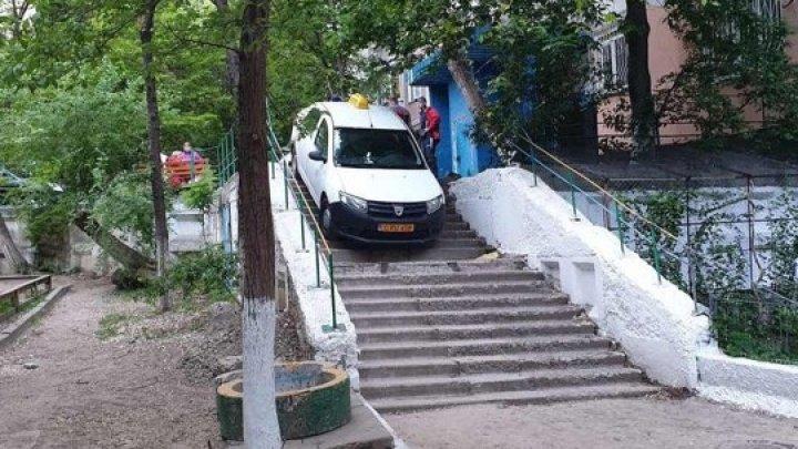 Așa ceva nu vezi în fiecare zi. Un taxi a mers pe scările din fața unui bloc din Capitală (FOTO)